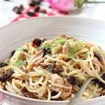 Spaghetti con sgombro, uvetta e pinoli