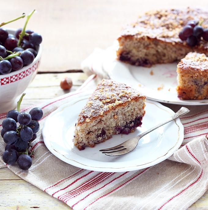 fetta di torta nocciole e uva