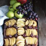 Torta brownie vegana alle banane con mele e uva
